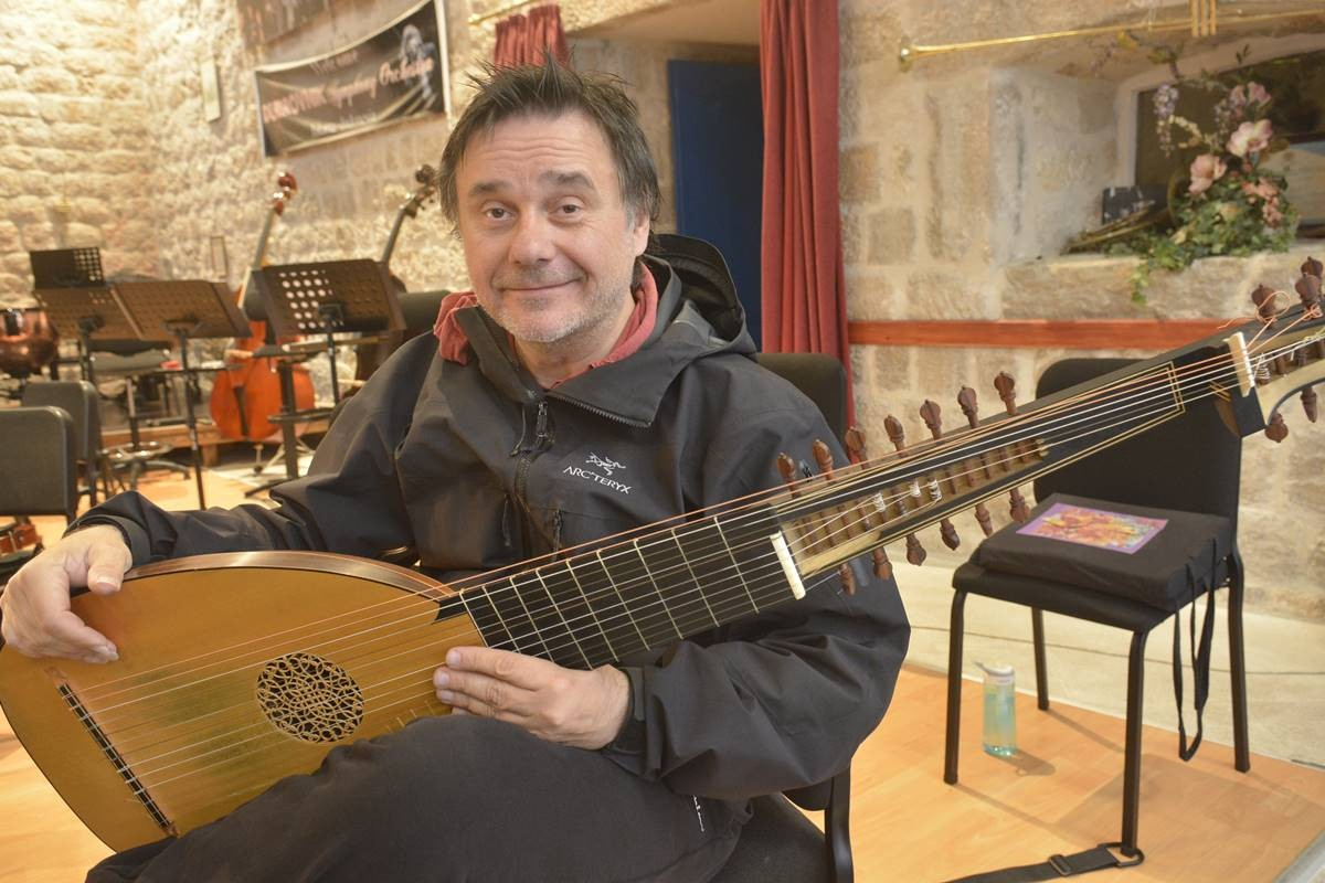 Photo of Edin Karamazov: Guitar is my old love, but lute is like a lovely mistress