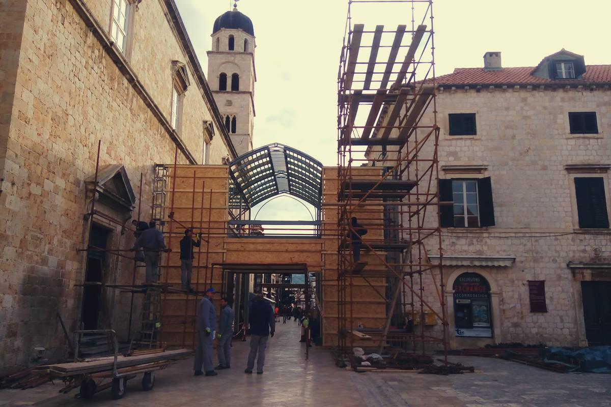 Photo of Photo Gallery: Robin Hood Scenery (Almost) Completely Covers Stradun