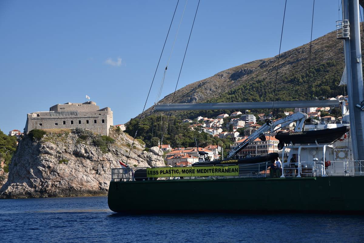Photo of Rainbow Warrior III in Dubrovnik to Warn About the Plastic Waste